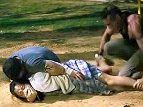 【芸能人濡れ場】広瀬すず、衝撃レイプ映像。公園で黒人に抑え込まれパンツを脱がされ無理やり挿入シーン。