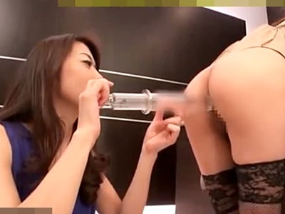 【スカトロxレズ】美人なお姉さんがいちゃ付きながら流れでぶっとい浣腸液を肛門から挿入w うんこ汁ぶしゃーっ